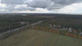 Hoogste mening van het landschap van centraal Rusland met bomen die met de herfstgebladerte behandeld zijn stock footage