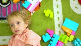 Hoogste mening van het leuke kind spelen met multi gekleurde bouwstenen in peuterkindontwikkeling in peuterklas stock videobeelden