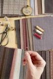 Hoogste mening van het naaien van lijst met stoffen, levering voor huis decor of het watteren project en vrouwen` s hand Stock Foto's