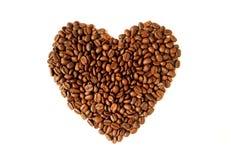 Hoogste mening van hoop van geroosterde koffiebonen in gevormd die hart op witte achtergrond wordt geïsoleerd royalty-vrije stock afbeelding