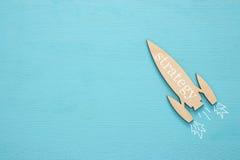 Hoogste mening van houten raket met woord - strategie - over blauwe achtergrond royalty-vrije stock fotografie
