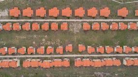 Hoogste mening van huisdorp Een dichte mening van de huisvesting van de baksteenrij De mening van vogelogen van huis en landgoedo stock afbeeldingen