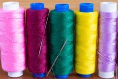 Hoogste mening van hulpmiddelen voor ambacht het naaien op houten textuur royalty-vrije stock afbeelding