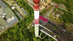 Hoogste mening van industri?le pijp met oude productiegebouwen actie Oude industriezone in de voorsteden met fabrieken en install stock video