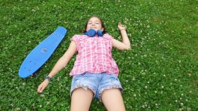 Hoogste mening van jong glimlachend meisje op het gras stock footage