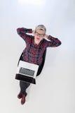 Hoogste mening van jonge bedrijfsvrouw die aan laptop computer werken Stock Afbeeldingen