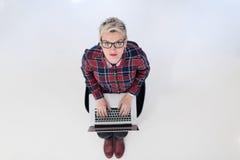 Hoogste mening van jonge bedrijfsvrouw die aan laptop computer werken Stock Foto