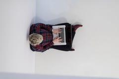 Hoogste mening van jonge bedrijfsvrouw die aan laptop computer werken Royalty-vrije Stock Foto's