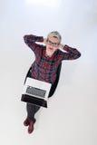 Hoogste mening van jonge bedrijfsvrouw die aan laptop computer werken Stock Afbeelding