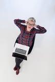 Hoogste mening van jonge bedrijfsvrouw die aan laptop computer werken Royalty-vrije Stock Afbeeldingen