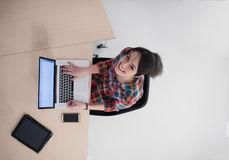 Hoogste mening van jonge bedrijfsvrouw die aan laptop werken Royalty-vrije Stock Afbeelding