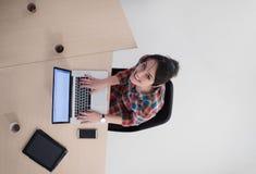Hoogste mening van jonge bedrijfsvrouw die aan laptop werken Stock Fotografie