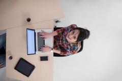 Hoogste mening van jonge bedrijfsvrouw die aan laptop werken Stock Afbeelding