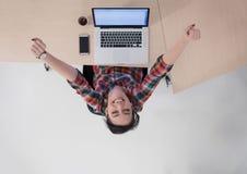 Hoogste mening van jonge bedrijfsvrouw die aan laptop werken Stock Foto