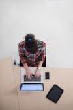 Hoogste mening van jonge bedrijfsvrouw die aan laptop werken Stock Foto's