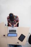 Hoogste mening van jonge bedrijfsvrouw die aan laptop werken Royalty-vrije Stock Afbeeldingen