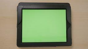Hoogste mening van jonge vrouwenhanden wat betreft het groene het scherm van tabletpc doorbladeren die binnen en uit zoemen - stock footage
