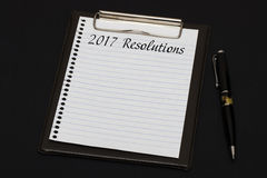 Hoogste mening van klembord en wit die blad met 2017 Resoluti wordt geschreven Stock Afbeeldingen