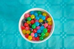 Hoogste mening van kleurrijke snoepjes op verjaardagslijst met blauw tafelkleed stock foto's