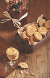 Hoogste mening van koekjes in houten doos en droge rozen Royalty-vrije Stock Foto