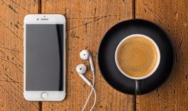 Hoogste Mening van koffiekop met mobiele telefoon en hoofdtelefoons op rusti Royalty-vrije Stock Foto's