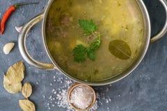 hoogste mening van kokende hete stomende soep met groenten en vlees, voedselvoorbereiding v??r diners stock afbeelding