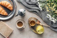 hoogste mening van kop van koffie met honingspeer en croissants royalty-vrije stock fotografie