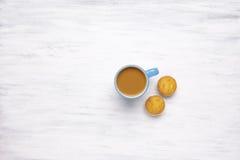 Hoogste mening van kop van koffie op witte houten achtergrond Stock Foto