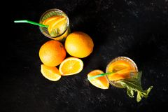 Hoogste mening van koude delicous orangeade in glazen naast organische vruchten stock afbeeldingen