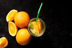 Hoogste mening van koude delicous orangeade in glazen naast organische vruchten royalty-vrije stock fotografie