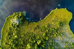 Hoogste mening van land dichtbij het meer De meerkust Royalty-vrije Stock Afbeelding