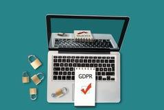 Hoogste mening van laptop, hangsloten en een blocnote met tekst GDPR en getikte checkbox op het stock foto's