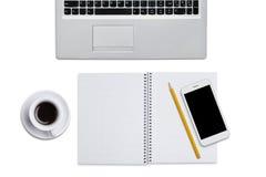 Hoogste mening van laptop, spiraalvormig notitieboekje met potlood, slimme die telefoon en kop van koffie over witte achtergrond  Stock Foto's