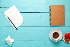 Hoogste mening van Leeg document en potlood, koffie, amandel, kers, en weg royalty-vrije stock fotografie