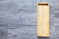 Hoogste mening van lege houten vierkante dienbladachtergrond Stock Afbeeldingen