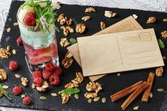 Hoogste mening van lege prentbriefkaaren op een zwarte achtergrond Multi-colored cocktail, kaneel, noten en nota's viering Stock Fotografie