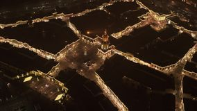 Hoogste mening van leuk vierkant met verlichte verfraaide pijnboom-boom in de winter in Moskou stock videobeelden