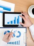 Hoogste mening van manager die aan de tablet werkt royalty-vrije stock afbeeldingen