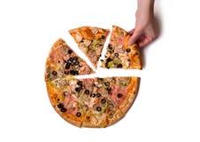 Hoogste mening van mannetje die heerlijke Italiaanse pizzaplak met de hand plukken Royalty-vrije Stock Afbeeldingen