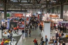 Hoogste mening van mensen en cabines bij EICMA 2014 in Milaan, Italië Royalty-vrije Stock Foto's