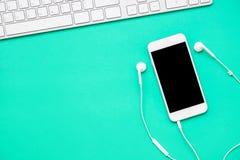 Hoogste mening van mobiele telefoon met hoofdtelefoon Royalty-vrije Stock Foto's