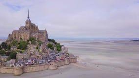 Hoogste mening van Mont Saint Michel Bay, Normandië Frankrijk stock videobeelden