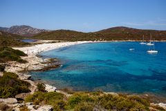 Hoogste mening van mooie aard van het eiland van Corsica, Frankrijk, de achtergrond van het bergenzeegezicht Horizontale mening royalty-vrije stock foto's