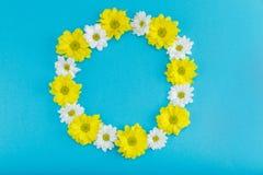 Hoogste mening van mooie bloemenkroon met gele en witte bloemen Stock Fotografie