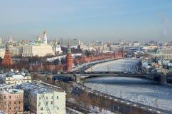 Hoogste mening van Moskou het Kremlin op een Zonnige de winterdag, Rusland royalty-vrije stock afbeelding
