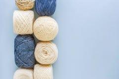 Hoogste mening van multi-colored wollen ballen van garen op een rij stock afbeeldingen
