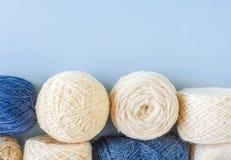 Hoogste mening van multi-colored wollen ballen van garen op een rij stock foto