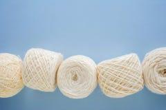 Hoogste mening van multi-colored wollen ballen van garen op een rij royalty-vrije stock foto