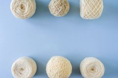 Hoogste mening van multi-colored wollen ballen van garen op een rij royalty-vrije stock afbeeldingen