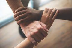 Hoogste mening van Multi-etnische bedrijfsmensen die hun handen samen houden stock fotografie